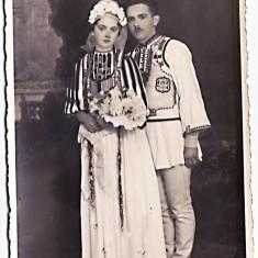 Poiana Sibiului, Sibiu, fotografie cu mirele si mireasa in costume populare, perioada interbelica