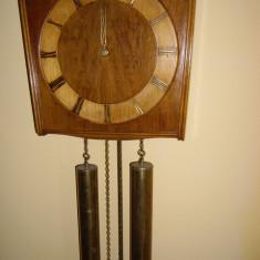 Ceas de perete cu pendula si greutati kienzle