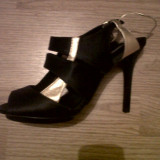 Sandale UTERQUE 38, piele neagra si aurie toc de 10 cm, platforma de 1 cm 169 euro in magazin!