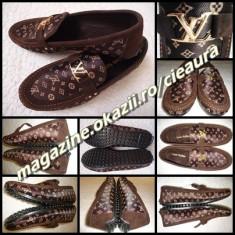 Pantofi barbati Louis Vuitton, Textil - SCARPI BARBATI GEN FIRMA LOUIS VUITTON PIELE INTOARSA + PANZA MONOGRAME MOCASINI