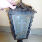 Felinar foarte vechi si mare bisericesc, este confectionat din tabla, lipsesc doua geamuri, dimensiuni 30x13 cm