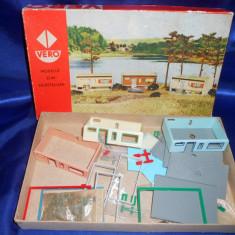 Diorama VERO, pentru construit 3 casute de vacanta.Scara TT 711/778.Made in GDR. Anul 1974.(Cutie de constructii veche, Joc de colectie vechi), Baiat