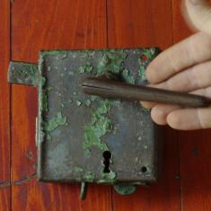 Scule / Unelte vechi - veche broasca de usa / poarta model deosebit !!! - Metal/Fonta