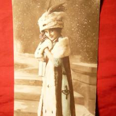 Carte postala tematica - Ilustrata - Femeie cu capa si caciula de blana, inc.sec.XX, semnata Masel, Franta