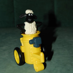 Figurina, jucarie oaie neagra cu blana alba care iese din tun galben, Mielul Shaun, (Shaun the Sheep), film desene, Mc Donalds 2013, 10 cm, plastic - McDonalds jucarie