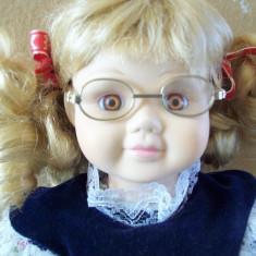 Micuta cu ochelari, papusa de colectie din portelan marcata.