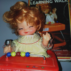 Papusa de colectie - Papusa in premergator cu baterii, jucarie veche, anii '80 - Doll learning walk