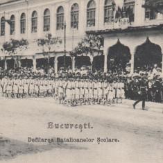 BUCURESTI, DEFILAREA BATALIOANELOR SCOLARE - Carte Postala Muntenia pana la 1904, Necirculata, Printata