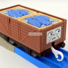 TOMY - Thomas and Friends - TrackMaster - Vagon maro incarcat cu peste - Trenulet de jucarie Tomy, Plastic, Unisex