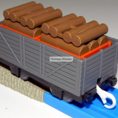 TOMY - Thomas and Friends - TrackMaster - Vagon gri incarcat cu lemne - Trenulet de jucarie Tomy, Plastic, Unisex